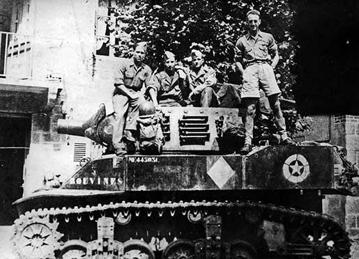 1944, le char Bouvines de la première division blindée avec son équipage